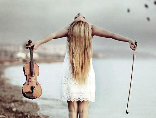 Kobieta i skrzypce