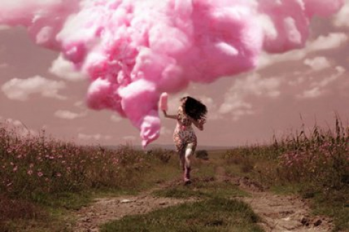 Kobieta biegnie ścieżką