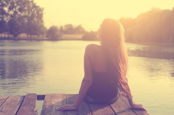 Kobieta siedząca na molo