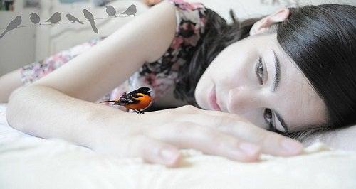 Kobieta z ptakiem - podejmij ryzyko