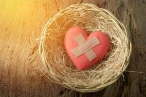 Pęknięte i posklejane serce symbolizujące zazdrość