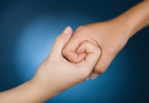 Złączone dłonie - empatia
