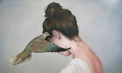 Kobieta z gołębiem