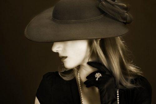 Kobieta w kapeluszu jak Coco Chanel