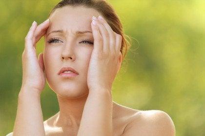 Kobieta z bólem głowy