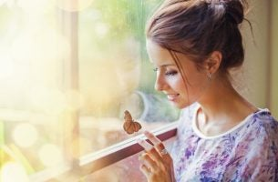 Kobieta z motylem - introwertycy