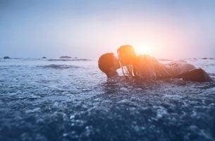 Para całująca się nad morzem