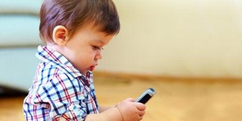 dziecko i telefon