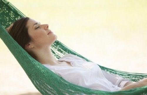 Kobieta relaksuje się na hamaku