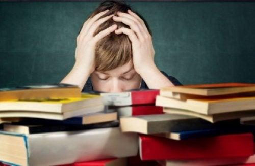Chłopiec nad książkami