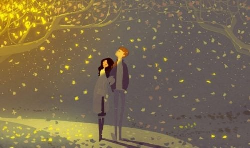 Para spacerująca wieczorem pod drzewem