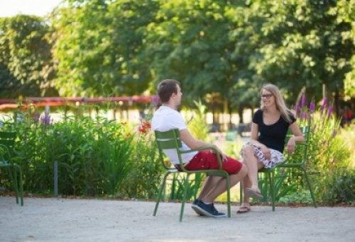 Kobieta i mężczyzna w parku