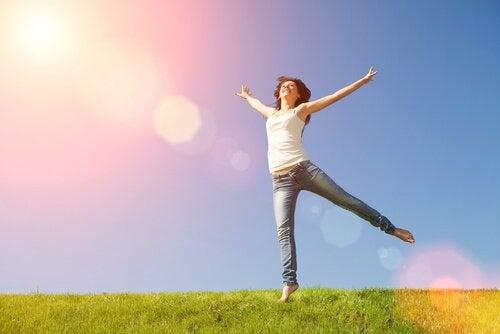 Kobieta skacze na łące