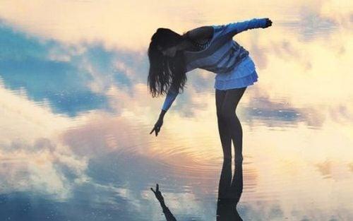 Dziewczyna w jeziorze