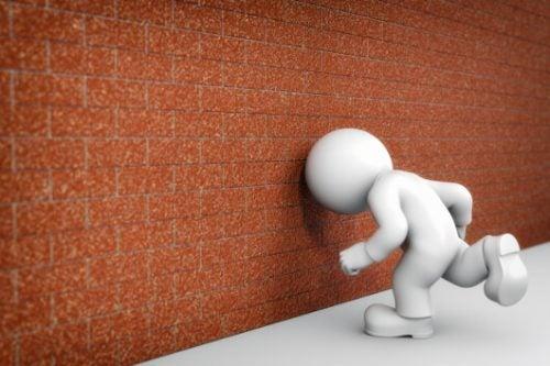 Głową w mur