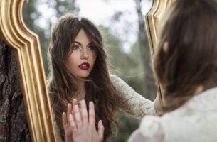 Kobieta przed lustrem - psychoterapia
