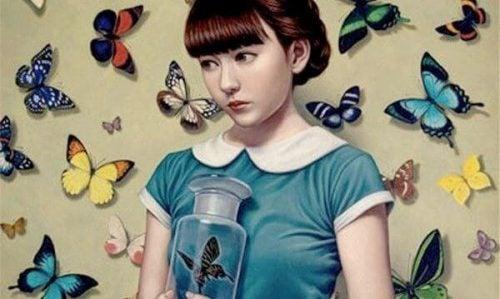 Kobieta otoczona przez motyle