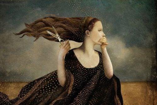 Kobieta obcinająca sobie włosy