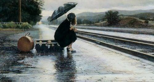 Samotna kobieta na peronie