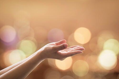 Uniesione dłonie