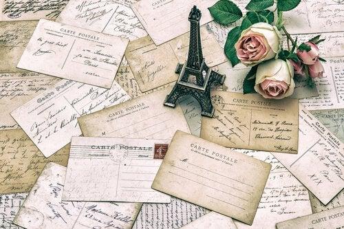 Znaczki pocztowe na stole: wspomnienia