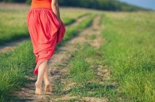kobieta na ścieżce - piękne życie