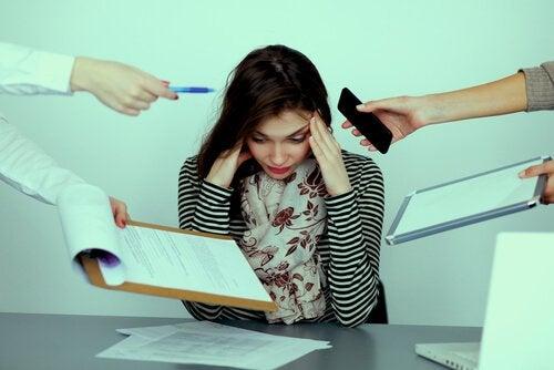 Zestresowana kobieta w biurze