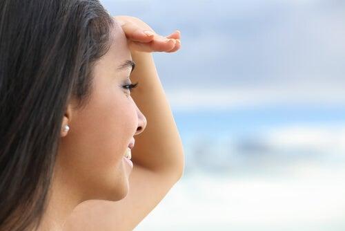Kobieta spogląda na horyzont - toksyczni ludzie, uwolnij się od nich