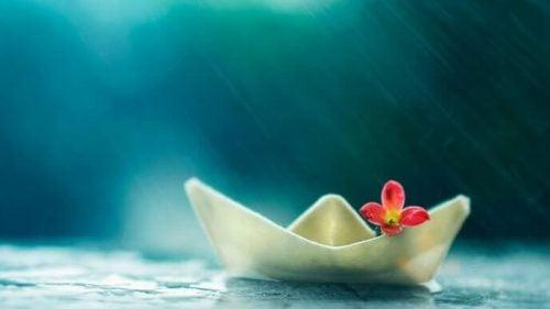 Statek z papieru na wodzie