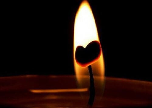 Płomień świecy z sercem