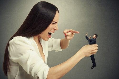 kobieta złości się na mężczyznę