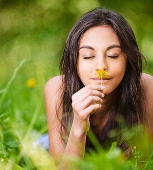 dziewczyna wącha kwiat