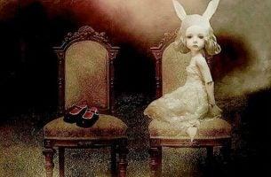 Toksyczne dzieciństwo, smutna dziewczynka na krześle