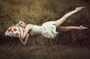 śpiąca dziewczynka na łące - świadome sny