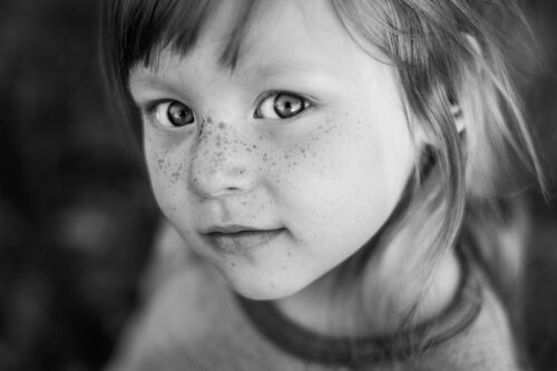 Piegowata twarz dziewczynki