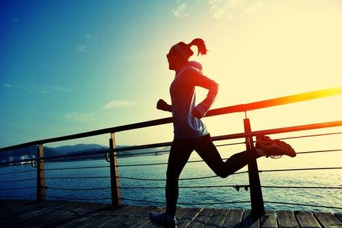 Kobieta biegnie po molo