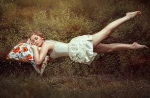 Kobieta leżąca i śpiąca