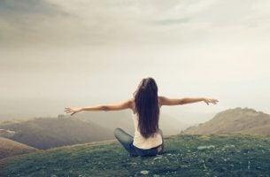 kobieta na szczycie góry - żyć szczęśliwie