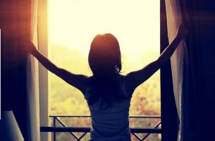 Kobieta otwierająca okno - rany emocjonalne