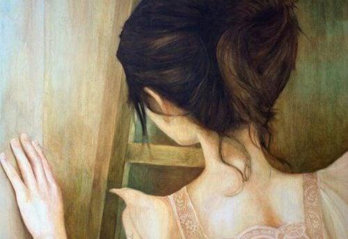 Kobieta przy drzwiach