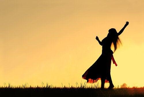 Kobieta radosna tańczy na dworze