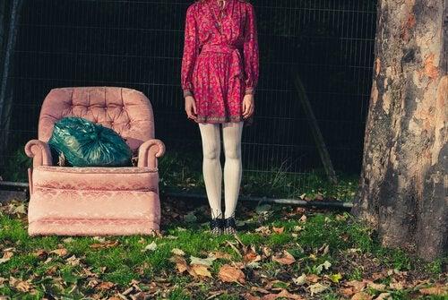 Kobieta stojąca koło fotela -minimalizm