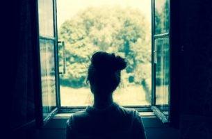 Kobieta w oknie - nieodwzajemniona miłość
