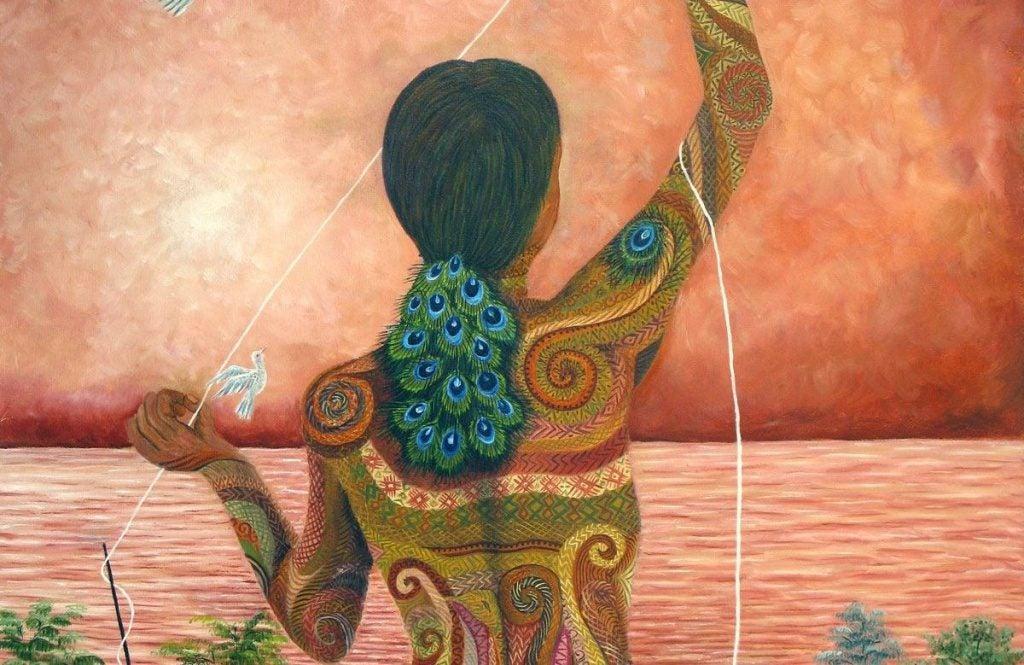 Kobieta z pawimi oczkami we włosach