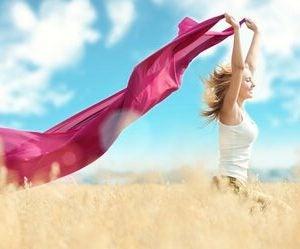 Kobieta z chustą na wietrze