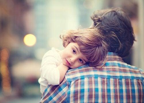 Ojciec niosący dziecko na rękach