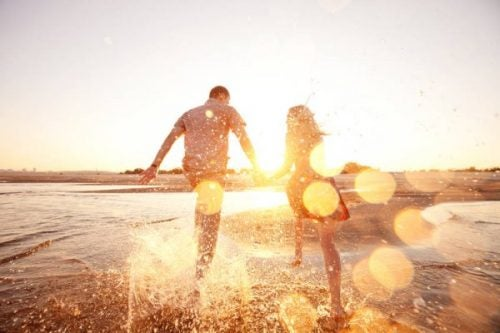 Para biegnąca na plaży - szczęście, wdzięczność