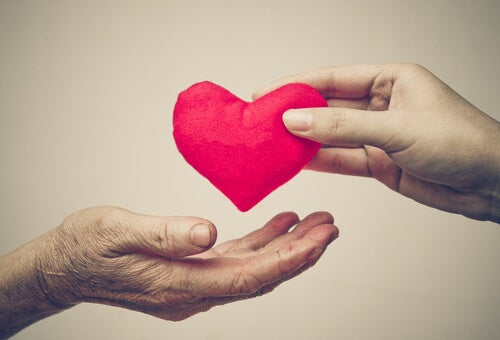 Serce dawane z ręki do ręki - akt dobroci