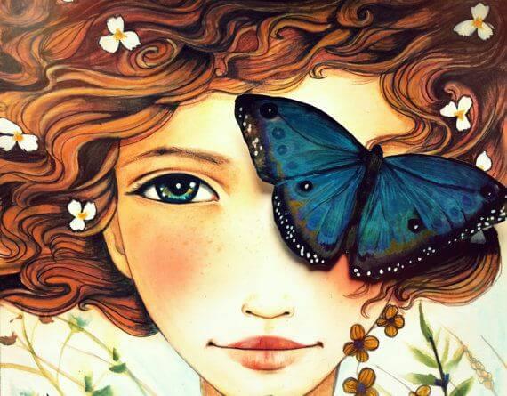 Kobieta z motylem na twarzy