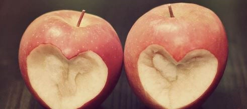 Dwa ugryzione jabłka